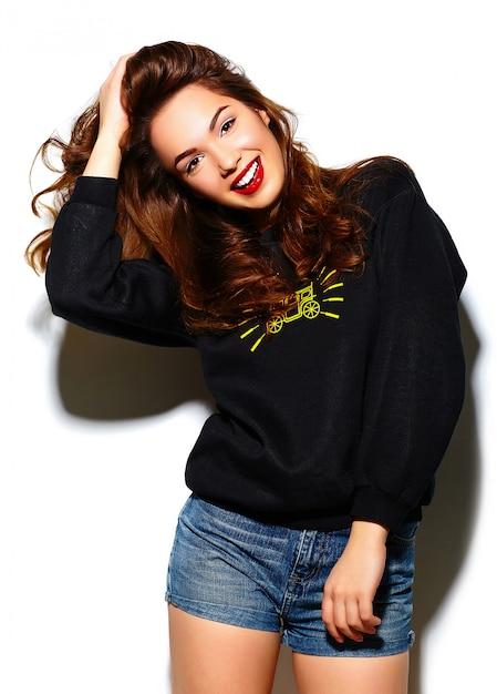 グラマースタイリッシュな美しい若い幸せな笑みを浮かべて女性モデル青黒ヒップスター布の赤い唇 無料写真