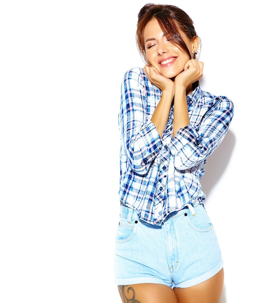 Портрет веселой улыбающейся женщины моды, сходящей с ума в повседневной хипстерской клетчатой рубашке без макияжа на белой стене Бесплатные Фотографии