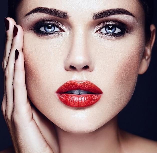 Чувственный гламур портрет красивой женщины модель леди с красным цветом губ и чистой здоровой кожей лица Бесплатные Фотографии