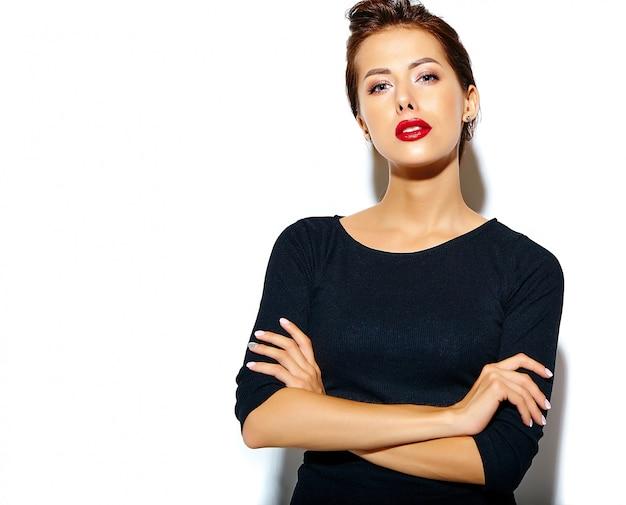 Красивая счастливая милая сексуальная брюнетка женщина в черном платье с красными губами на белой стене Бесплатные Фотографии