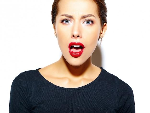 白い壁に赤い唇とカジュアルな黒のドレスで美しい幸せかわいいセクシーなブルネットの女性 無料写真