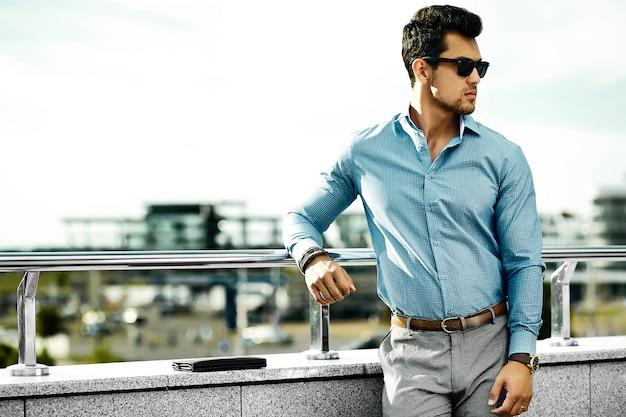 Молодой красивый бизнесмен модель человек в повседневной одежде в солнцезащитные очки на улице Бесплатные Фотографии
