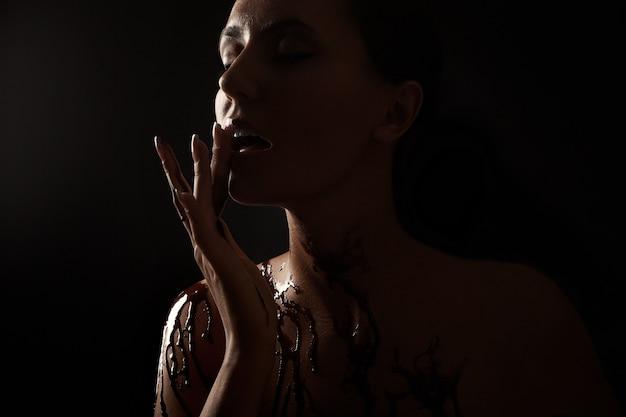 溶けたチョコレートに覆われた女性 無料写真