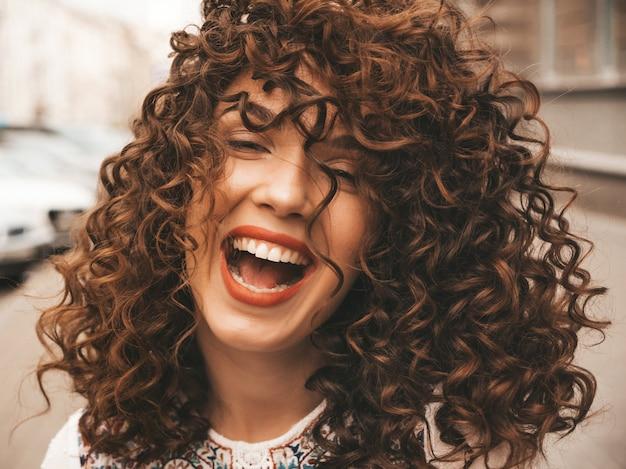 アフロカール髪型と美しい笑顔モデルの肖像画。 無料写真