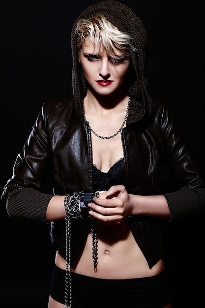 Кавказская девушка позирует на темном фоне Бесплатные Фотографии