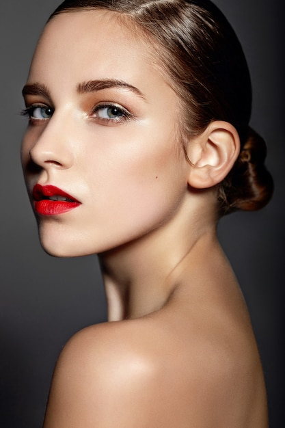 赤い唇を持つ美しい少女 無料写真