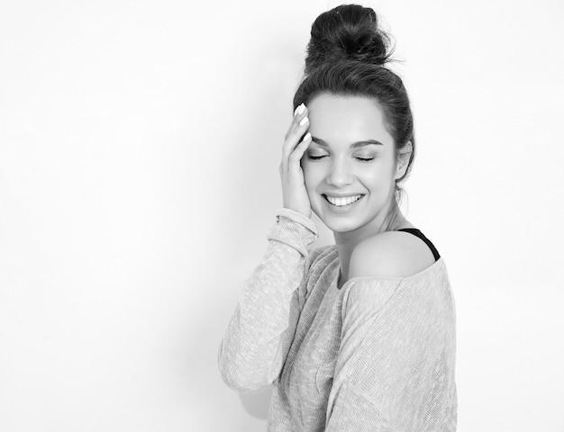 Портрет молодой красивой женщины брюнетка девушка модель с обнаженной макияж в летней одежде битник, позирует возле стены. Бесплатные Фотографии