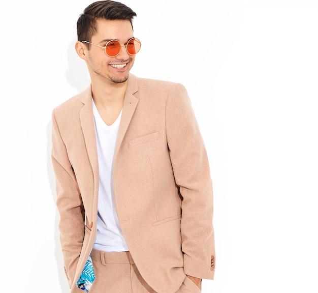 Портрет красивый модный стильный бизнесмен модель, одетая в элегантный светло розовый костюм позирует. метросексуал Бесплатные Фотографии