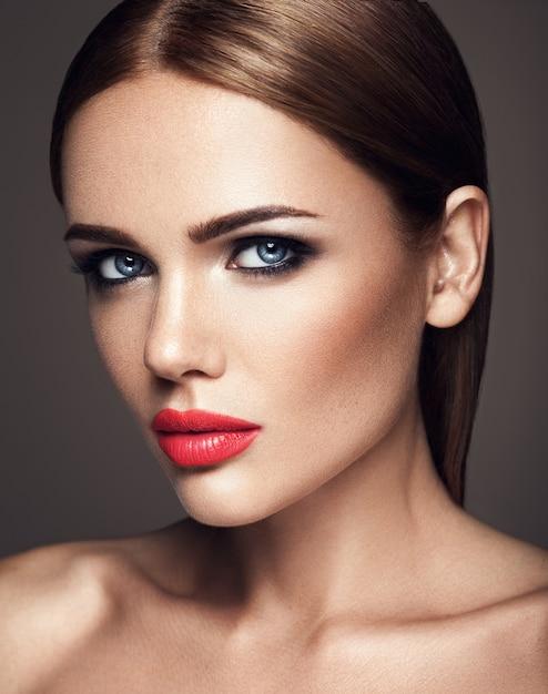 Чувственный портрет красивой женщины модели леди со свежим ежедневным макияжем с красными губами и чистой здоровой кожей лица Бесплатные Фотографии