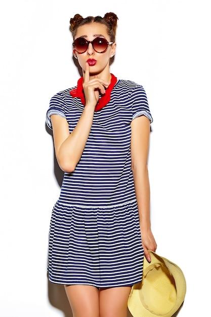 Высокая мода взгляд. смешно гламур стильно секси улыбчиво красивая молодая женщина модель летом яркая хипстерская ткань Бесплатные Фотографии