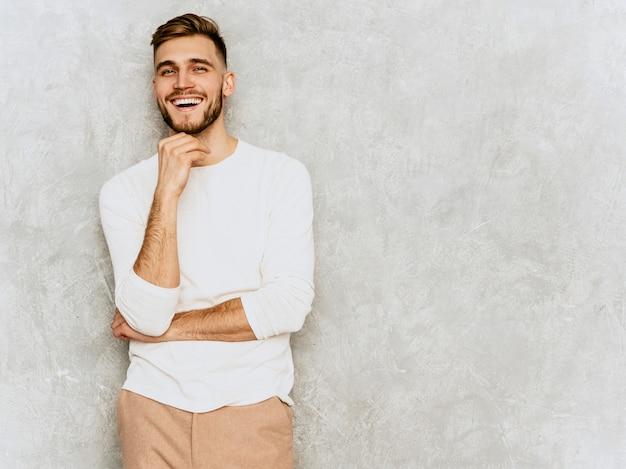 Портрет красивого усмехаясь бизнесмена бизнесмена битника нося вскользь одежды белизны лета. Бесплатные Фотографии