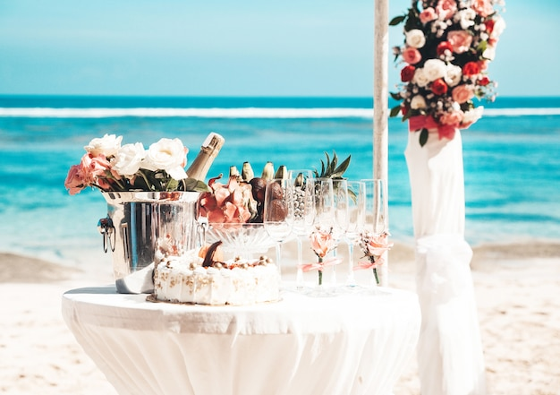 Свадебный элегантный стол с тропическими фруктами и пирожными на пляже Бесплатные Фотографии