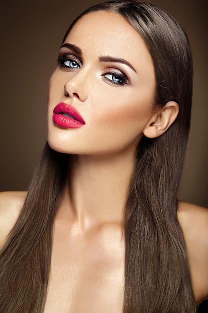 Чувственный гламур портрет красивой женщины модели леди со свежим ежедневным макияжем с красными губами цвета и чистой здоровой кожей лица Бесплатные Фотографии