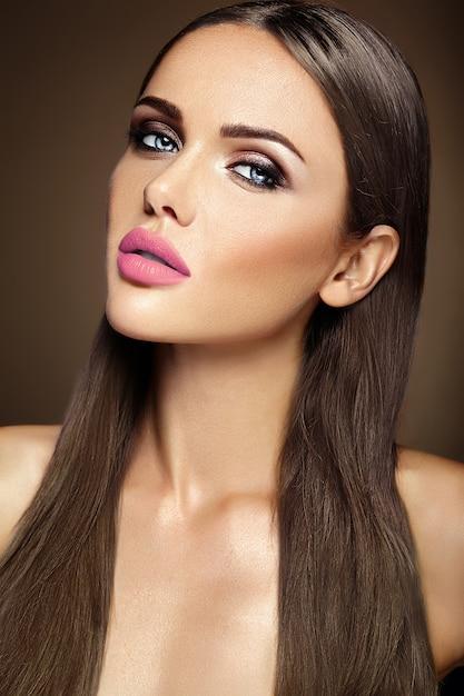 ピンクの唇の色ときれいな健康な肌の顔と新鮮な毎日のメイクと美しい女性モデルの女性の官能的な魅力の肖像画 無料写真