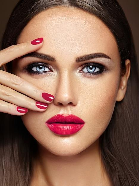 Чувственный гламур портрет красивой женщины модели леди со свежим ежедневным макияжем с розовым цветом губ и чистой здоровой кожей лица Бесплатные Фотографии