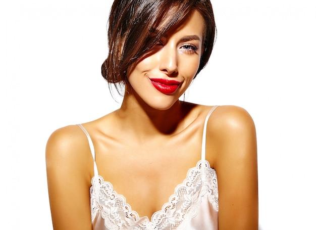 白い背景に酔ってビューと赤い唇と官能的なエレガントなホットグラマー若い女性 無料写真