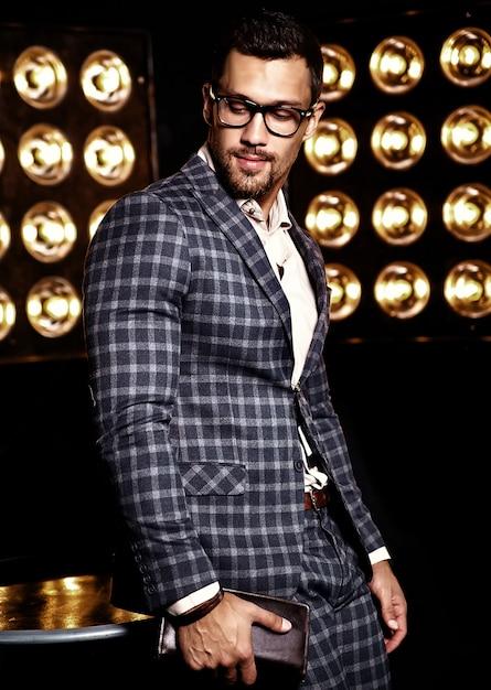 メガネの黒いスタジオライトの背景にエレガントなスーツに身を包んだセクシーなハンサムなファッション男性モデルの男の肖像 無料写真