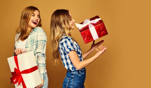 Модели с большими подарочными коробками позируют Бесплатные Фотографии
