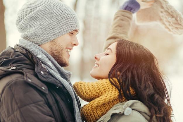 冬の日に歩いている陽気な若いカップル 無料写真