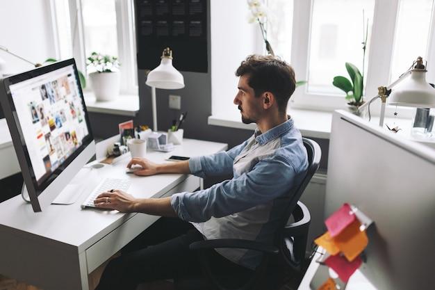 Красивый бизнесмен работает в офисе Бесплатные Фотографии