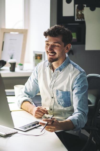 オフィスで働くハンサムな実業家 無料写真
