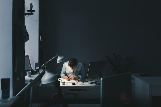 オフィスで働くデザイナー 無料写真