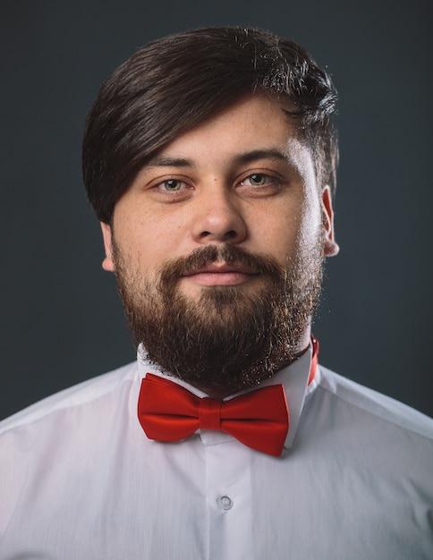 赤いネクタイの弓と白いシャツの男 無料写真
