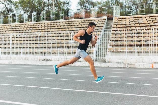 朝はスタジアムで走っている運動青年 無料写真
