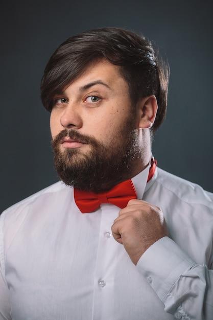 Парень в белой рубашке с красным бантом Бесплатные Фотографии