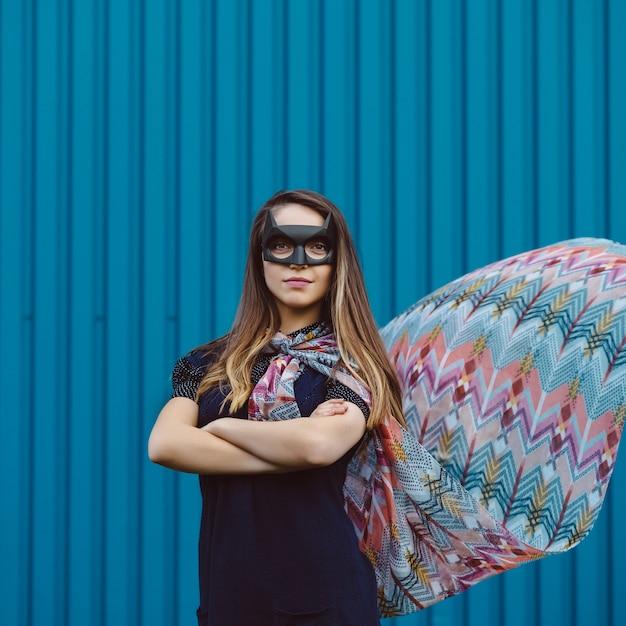 黒のスーパーヒーローマスクの女の子 無料写真