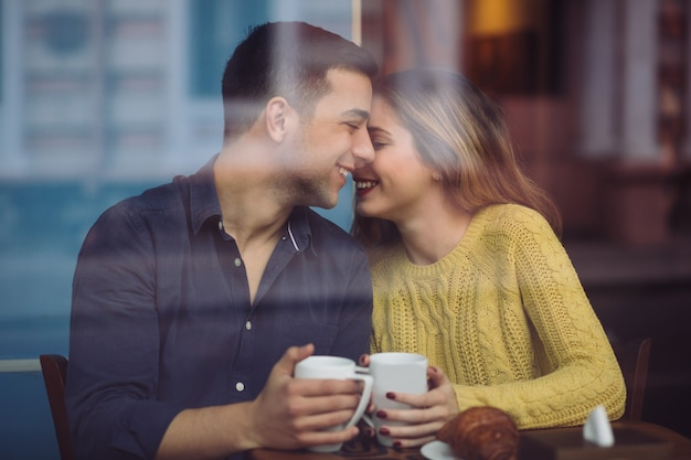 Пара в любви, пить кофе в кафе Бесплатные Фотографии