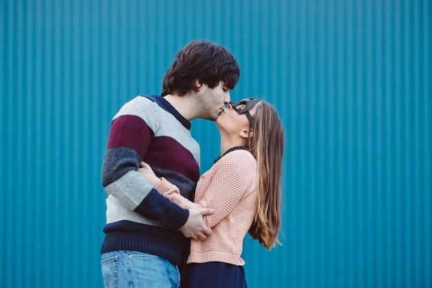 彼女の若い男にキスマスクの女の子。 無料写真