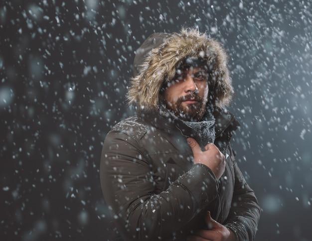 雪の嵐でハンサムな男 無料写真