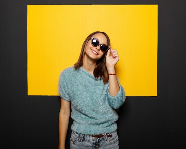 メガネで笑顔の女の子 無料写真
