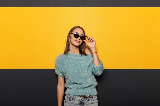 Фасонируйте портрет привлекательной, стильной женщины с солнечными очками Бесплатные Фотографии