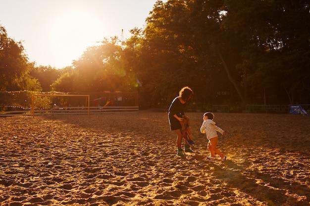 ママと息子が湖で楽しんで 無料写真