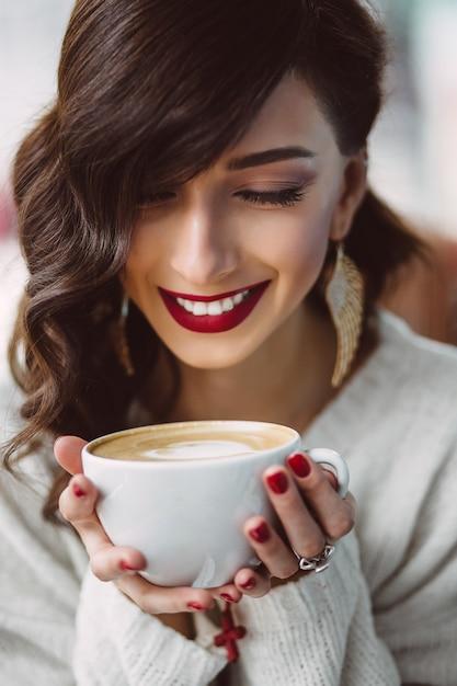 トレンディなカフェでコーヒーを飲む若い女の子 無料写真