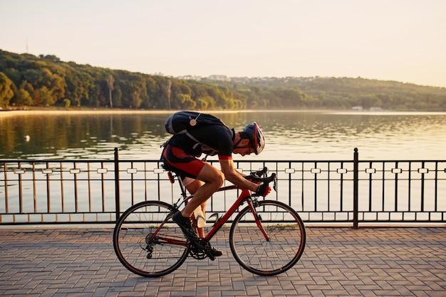 Молодой и энергичный велосипедист в парке Бесплатные Фотографии
