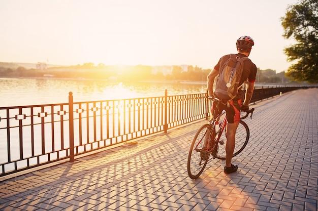 公園で若くてエネルギッシュなサイクリスト 無料写真