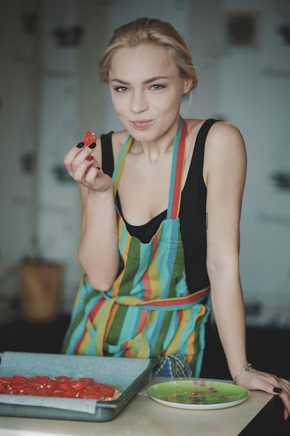 Женщина готовит пиццу на кухне Бесплатные Фотографии