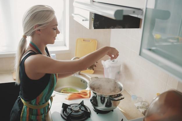 カボチャのスープを準備する若い女性 無料写真