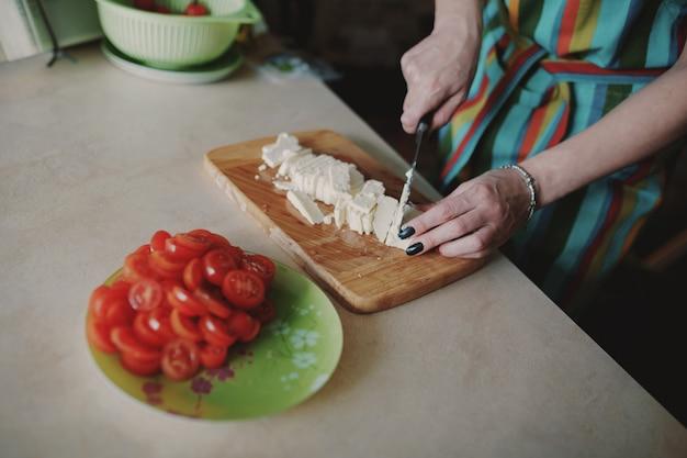 Женщина режет сыр Бесплатные Фотографии