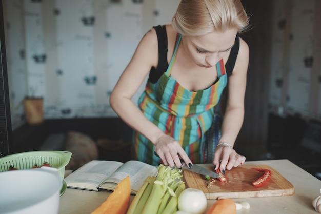 若い女性カット野菜 無料写真