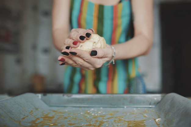 キッチンでピザを調理する女性 無料写真