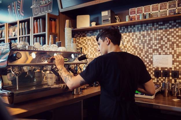 コーヒーショップで働くバリスタ 無料写真