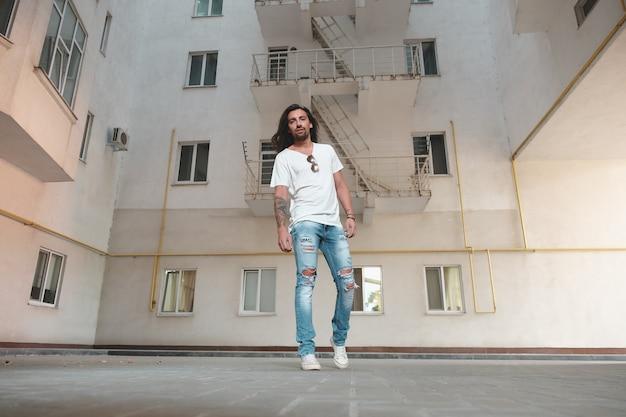 スタイリッシュな男性が建物のシーンでポーズ 無料写真