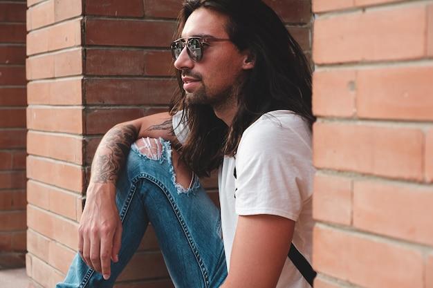 サングラスをかけている魅力的な若い男 無料写真