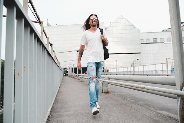 街を歩いて幸せな男 無料写真