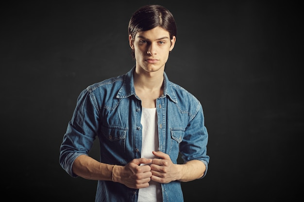 Портрет красивого молодого человека Бесплатные Фотографии