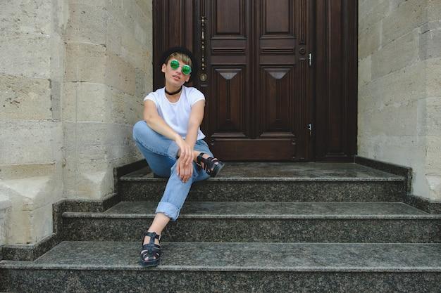 自然化粧と屋外の余暇を楽しむ短い髪型の女性ヒップスターの肖像画 無料写真